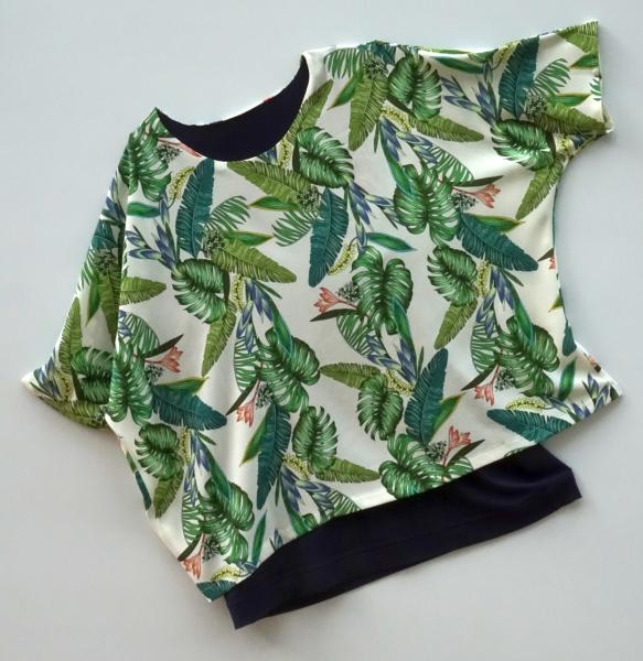 Bluse mit großzügigem Muster und einfarbigen blauen Top