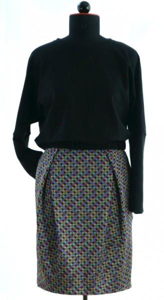 Schwarzer Pullover und Rock mit Scherenfalte aus buntem Hahnentritt-Jacquard