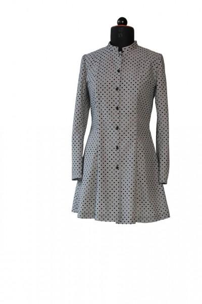 Hemdbluse aus kariertem schwarz-weißen Stoff mit schwarzen Punkten