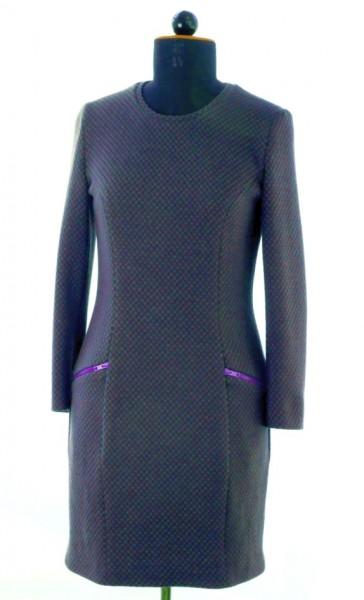 Kleid mit lila-farbigen Reissverschlüssen aus einem grün-lila Jerseystoff