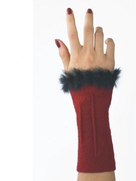 rote Walkstulpe mit schwarzer Fellborte