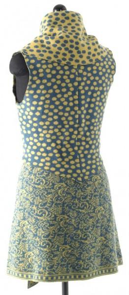 gelb-türkis farbene, kurze Weste mit großem Umschlagkragen, Rückenansicht, in Kombination mit passendem Rock