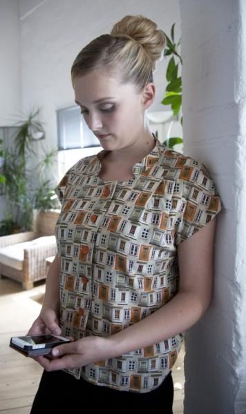 Bluse aus einem leichten Viskosestoff der mit Fenstern bedruckt ist.