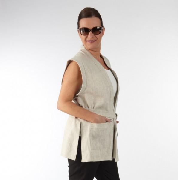 Weste im Kimonostil mit aufgesetzten Taschen aus Naturfarbenem Leinen am Model, seitliche Ansicht