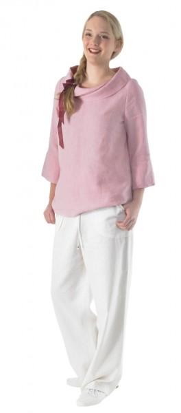 Frontansicht weiße, lange Schlupfhose kombiniert mit rosa Top an Modell
