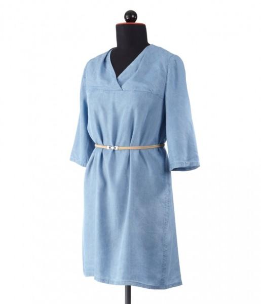 Hemdbluse aus leichtem blauem Jeansstoff als Kleid mit Gürtel an der Schneiderbüste