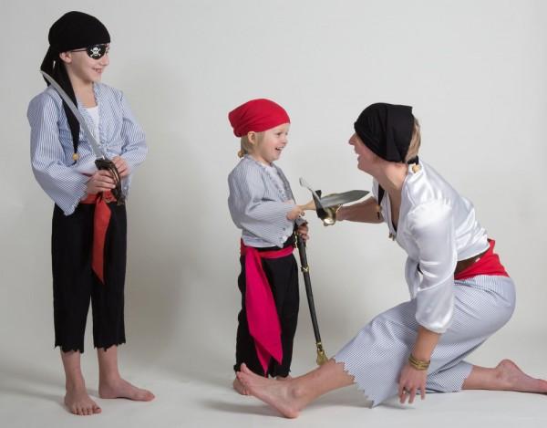 3 Piraten mit ausgefranster Hose, kurzer Bluse und Piratenkopftuch