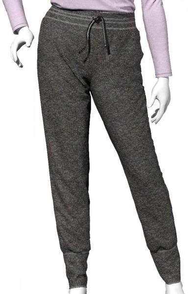 Jogginghose aus grauem Sweatstoff an einer Puppe