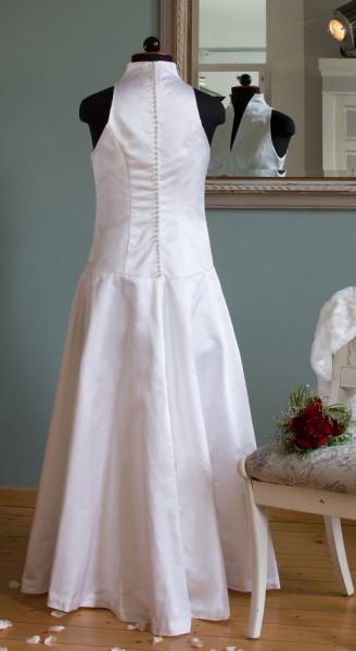 weißes, langes Hochzeitskleid ohne Ärmel, Rückenansicht mit Knopfleiste aus vielen kleinen Knöpfen, an Schneiderbüste
