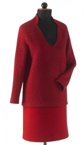 roter Wollpullover mit tiefem Ausschnitt