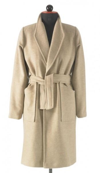 Beiger Mantel mit Gürtel zum Binden an einer Schneiderpuppe