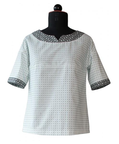 Bluse aus zwei Stoffen kombiniert.