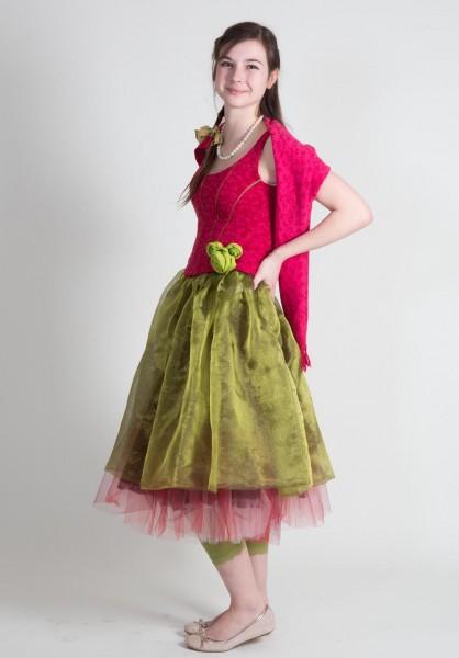 Großes Mädchen im Dornröschenkostüm in rosa/grün von links
