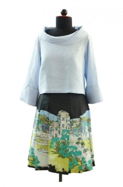 Kombination Faltenrock mit italienischer Stadtlandschaft und hellblauer Bluse