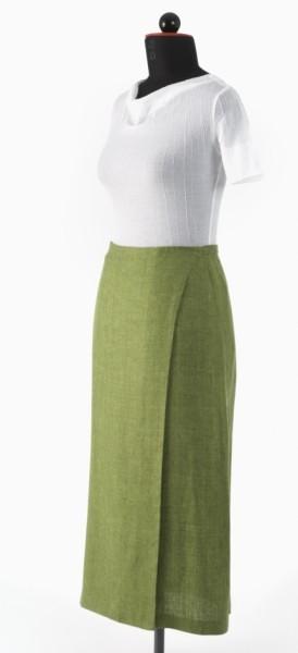 grüner langer Wickelrock kombiniert mit weißem Top