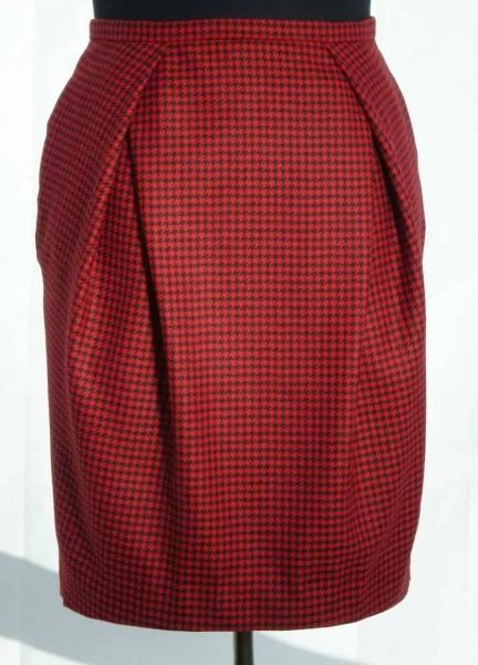 Scherenfaltenrock aus rot-schwarzem Hahnentritt
