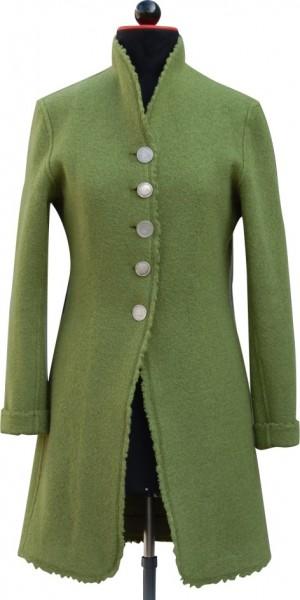 Frontansicht grüner Gehrock aus Walk mit einreihiger silberner Knopfleiste und zotteliger Webkante an Schneiderbüste