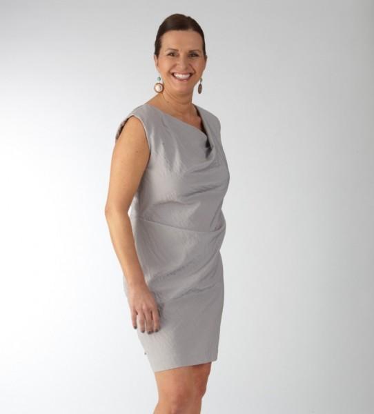 Graues Kleid mit asymmetrischer Falte im Ausschnitt und der Hüftpartie