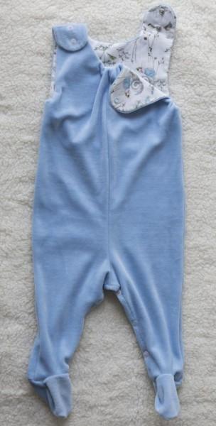 Baby-Strampler aus hellblauem Nickistoff