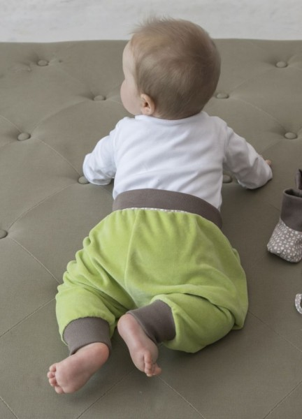 Pumphose aus grünem Nicki von hinten